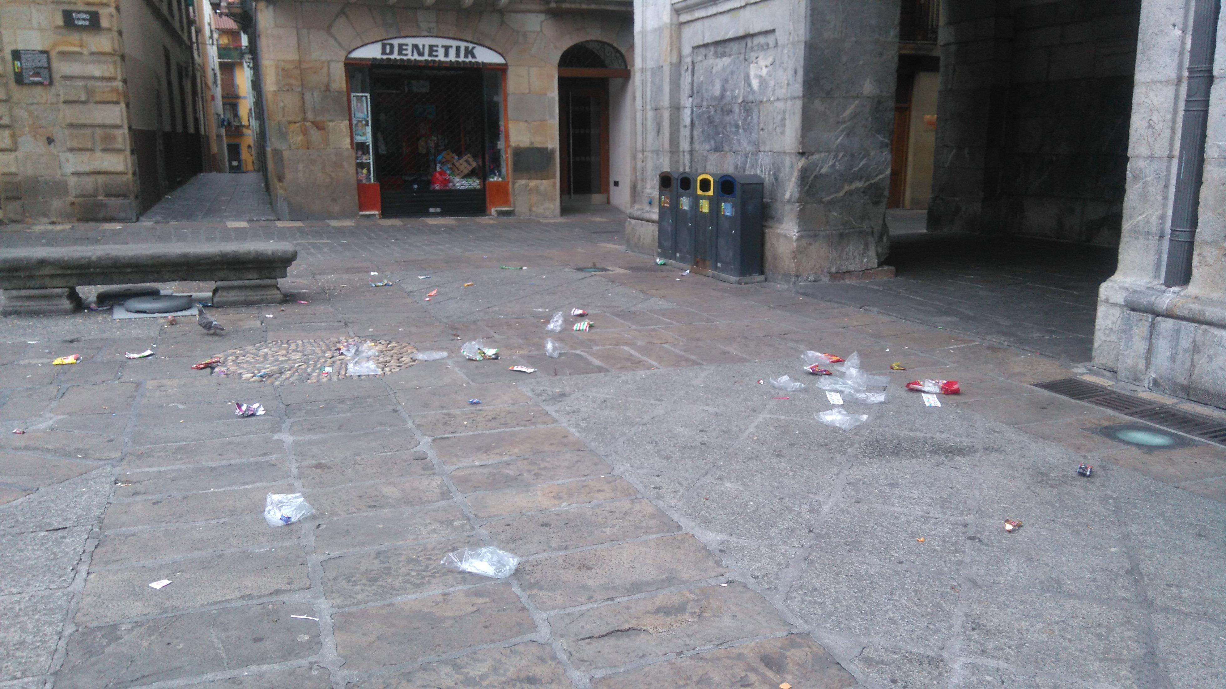Plastikoak herriko plazan